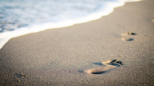 Footsteps in Sand HD Wallpaper